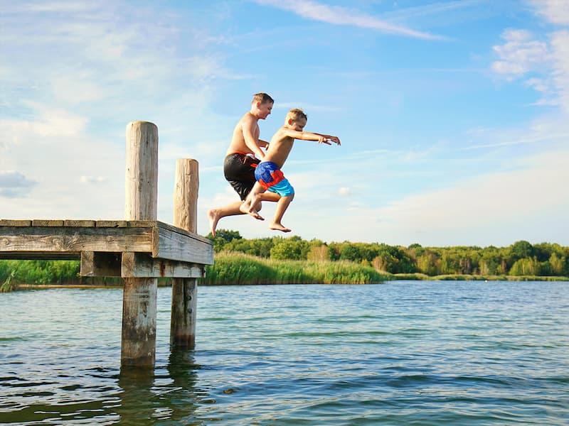 Zwei Jungs beim Sprung in einen See nahe Schweinfurt